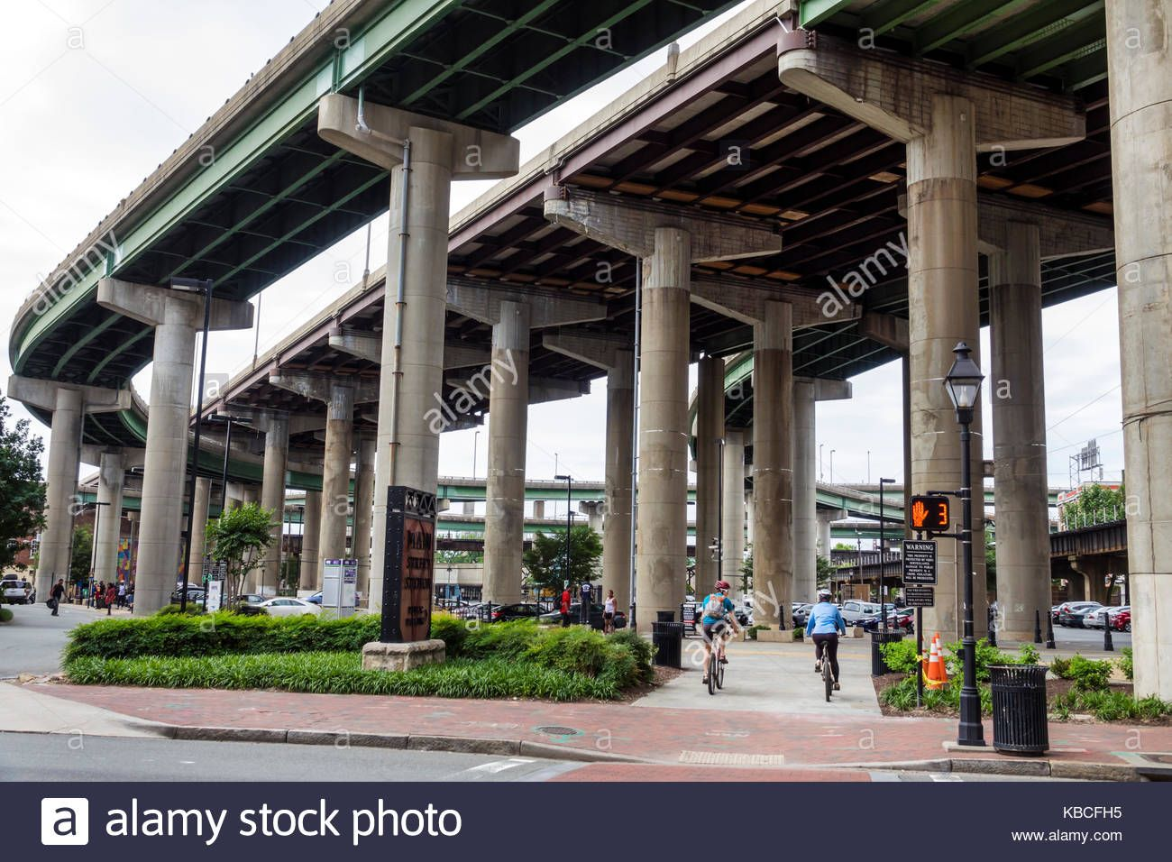 richmond-virginia-downtown-interstate-i-95-highway-overpass-flyover-KBCFH5